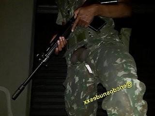 Militar punhesuntando